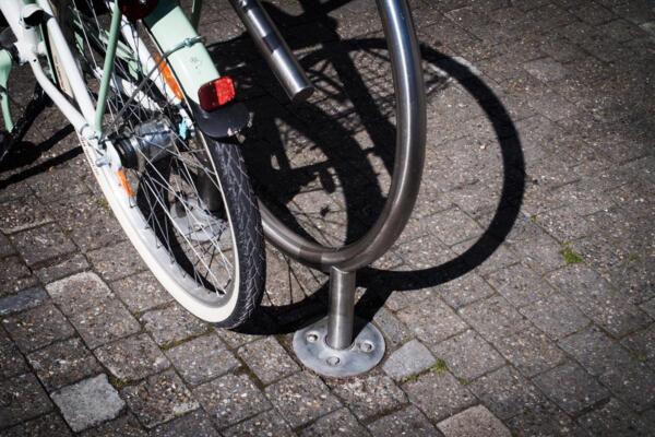 Fahrradanlehnbügel mit Bodenhülse